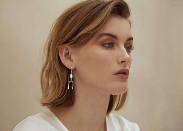 Wild Fawn: Modell 'Geometric Pearl Studs - Silver'