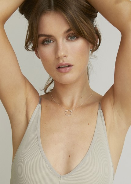 Wild Fawn: Modell 'Textured Circle Necklace - Silver'