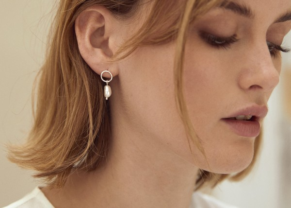 Wild Fawn: Modell 'Minimal Pearl Studs - Silver'