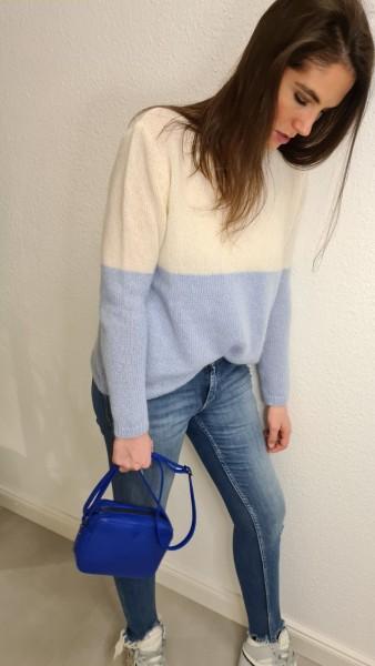 Sibin Linnebjerg: Modell 'Nao Pullover - Light blue/Offwhite'