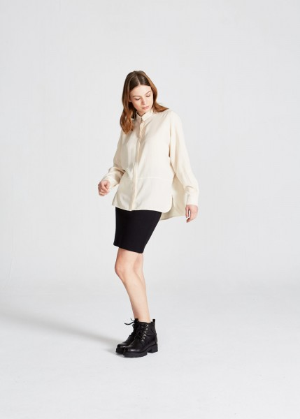Stoffbruch: Modell 'Ivy Buttoned Shirt - Off White (Tencel)'